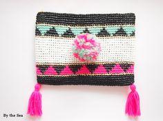 エコアンダリアで編んだZIGZAG模様のクラッチバッグです☆ラフィアの様な涼しさと毛糸の暖かさをもちあわせた素材感です。ポンポンは裏にピンを付けておりますので...|ハンドメイド、手作り、手仕事品の通販・販売・購入ならCreema。