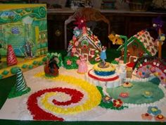 wizard of oz Gingerbreadhouse: I am a big Wizard of Oz fan and for Christmas time was thinking of throwing a Wizard of Oz themed holiday party.    I wasn't sure how I was going to mix