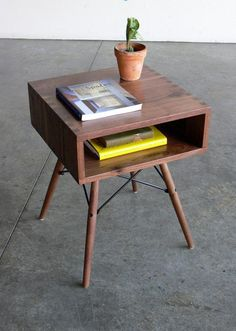 Mid-Century Modern side table - I think it's an Eames Dowel Base. Retro Furniture, Cool Furniture, Furniture Design, Furniture Ideas, Furniture Movers, Outdoor Furniture, Mid Century Modern Side Table, Mid Century Modern Furniture, Komodo
