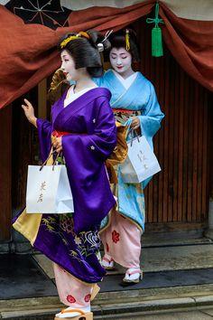 January 2016: Sayaka san and Satsuki san 祇園甲部では、京舞井上流家元、井上八千代さんのお宅に集って、稽古始めのご挨拶をされます。 2016年の精進を誓う芸舞妓さんが集合しました。 井...