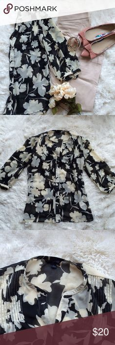 Banana Republic Beautiful 3/4 Sleeve Blouse I absolutely love this blouse! It has a beautiful black and cream leafy print and would be absolutely perfect in the office. It has some detail right around the shoulders as pictured. It is a size small and in perfect condition. Banana Republic Tops Blouses