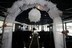 mariage luxe croisière paris, arche de cérémonie, boule de plume et tulle, Yacht de Paris www.mariagedanslair.fr