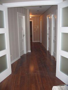 Pavimento de nogal con puertas lacadas. Hardwood Floors, Real Estate, Indoor, Home Decor, Alternative, Outdoors, Future, Ideas, Colorful Houses