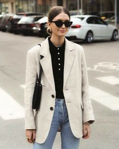 Chunky, cuddly sweaters were a street style favorite on Day 4 of London Fashion Week - WOMEN FASHION Street Style Outfits, City Outfits, Looks Street Style, Casual Work Outfits, Fashion Outfits, Casual Blazer, Blazer Outfits, Blazer Fashion, Ootd Fashion