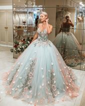 princess dress uploaded by Emanoelle Assiz on We Heart It Cute Prom Dresses, Ball Dresses, Pretty Dresses, Evening Dresses, Formal Dresses, Dress Prom, Prom Dresses Flowers, Homecoming Dresses, Lace Prom Gown