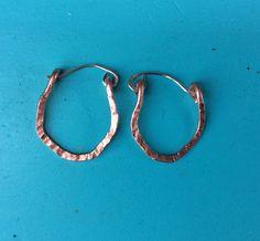 Texturierte Silber und Kupfer Creolen Ohrringe. Gehämmert Kupfer und Silber…