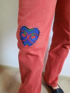 Il existe des multiples façons de réparer un jean. Il me fallait forcément mettre une pièce de tissu khayameya. J'ai donc choisi cette technique de l'appliqué inversé. L'appliqué = on coud une pièce de tissu sur un tissu de base. Appliqué inversé. On découpe dans le tissu de base pour laisser apparaître un autre tissu en dessous. Facon, Jeans, Sewing, Lingerie, Denim, Denim Pants, Denim Jeans