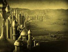 O Ladrão de Bagdá 1924 - The Thief of Bagdad Dirigido por: Raoul Walsh  O ladrão Ahmed, fazendo-se passar por príncipe, penetra no castelo para liderar a revolta contra os invasores mongóis. Conto das mil e uma noites que é considerado um dos mais fantasiosos e divertidos do cinema mudo.