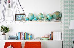 Avohyllyissä ja kaappien päällä on yhdistelmä kiinnostavia esineitä, kirjoja ja tauluja.