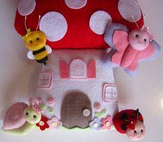 Enfeite Porta Maternidade Casinha Cogumelo de Feltro    As cores podem variar de acordo com a escolha do cliente. R$ 115,00
