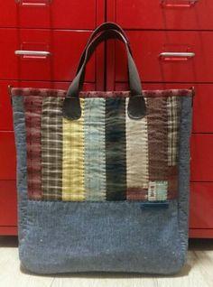 스트라잎 패치가방 : 네이버 블로그 Japanese Bag, Quilted Bag, Applique Quilts, Bag Making, Straw Bag, Shopping Bag, Sewing Projects, Patches, Pouch