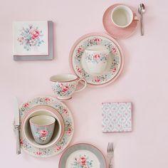 Weißer Latte Cup mit buntem Blumenmuster aus der Serie Marie von Greengate - online shoppen bei pinkmilk