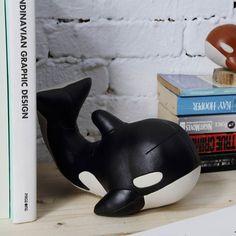 Sauvez Willy! MUMU balaine-orque, serre-livres de Züny http://www.designers-avenue.com/fr/petits-objets-design/2317-objet-deco-serre-livres-zuny-mumu-la-baleine-zueny-4712010376032.html