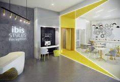 Ibis Styles Geneve Mont Blanc - LIbis Styles Geneve Mont Blanc se trouve à… Cool Office Space, Office Space Design, Modern Office Design, Workspace Design, Office Interior Design, Interior Design Magazine, Small Office, Corporate Office Design, Corporate Interiors