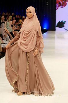 Para model saat mengenakan busana muslim koleksi Si.Se.Sa pada fashion show yang bertajuk 'Syar'I for Urban' di Hotel Dharmawangsa, Jakarta… #1637178