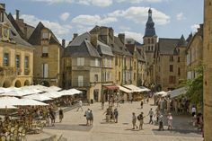 Sarlat-la-Caneda and its Benedictine abbey. This medieval city retains part of his soul in the old center relatively well preserved. One can discover the lantern of the dead (old monument), the Saint-Sacerdos Sarlat Cathedral and Castle Campagnac. Places To Travel, Places To Go, La Roque Gageac, Belle France, La Dordogne, Beaux Villages, Balloon Rides, Limousin, French Countryside
