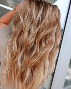 The 30 hottest honey blonde hairstyles ideas 2020 – Hair color does not change for a long period of time, and women may be tired of it. 2020 is here, are you ready to change your hair color? If so, I would definitely recommend honey blonde hairstyles…. Silver Blonde Hair Dye, Golden Blonde Hair, Blonde Hair Looks, Blonde Wig, Caramel Blonde Hair, Ginger Blonde Hair, Reddish Blonde Hair, Auburn Blonde Hair, Golden Hair Color