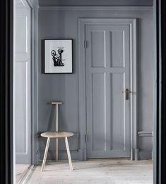 The grey door with grey walls. Only Deco Love: Nytorgsgatan for sale Interior Blogs, Gray Interior, French Interior, Home Interior, Interior Inspiration, Interior Design, Black Entry Doors, Grey Doors, Wall Trim