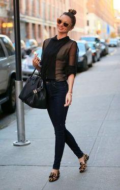 Look de Miranda Kerr: Blusa de Botones de Seda Negra, Vaqueros Pitillo Azul Marino, Mocasín con Borlas de Leopardo Marrón, Bolsa Tote de Cuero Negra