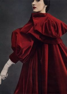 Fashion Designer Balenciaga - Dovima in red Balenciaga evening coat photographed by Richard Avedon Balenciaga Vintage, Balenciaga Coat, Richard Avedon, Moda Vintage, Vintage Mode, Cristian Dior, Retro Mode, Vintage Fashion Photography, Vintage Couture