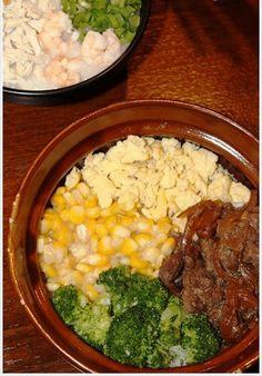 * claypot rice* :  nasi yang ditutup dengan potongan daging sapi, jagung, brokoli dan telur orak-arik. Porsinya cukup besar untuk 1 orang. Cara makannya lebih enak jika diaduk bersamaan. Tekstur dagingnya cukup lembut dan ada sedikit rasa saus barbeque didalamnya, sementara jagung, brokoli dan telurnya menjadi pelengkap yang pas #Bong KopiTown#