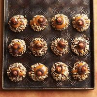 Im thinkimg making tradional thumbprints and adding caramel hazelnut topping. Dive into the nutty-sweet goodness of chocolate thumbprint cookies. Their gooey caramel-hazelnut garnishes are sure to be the main attraction of any Christmas cookie exchange. Holiday Baking, Christmas Baking, Christmas Treats, Christmas Holiday, Party Desserts, Just Desserts, Delicious Desserts, Dessert Healthy, Yummy Food