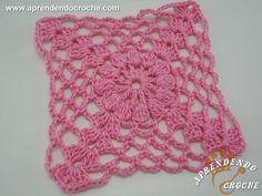 Com este quadrado de crochê você pode fazer capas de almofada, caminhos de mesa, toalhas, colchas e muito mais! Assista nossa vídeo aula! - Duração 8 Min.