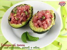 La Tartare di tonno con avocado, pinoli e olive e' un secondo piatto sano, sfizioso, leggero e prelibato. Servito direttamente all'interno dell'avocado