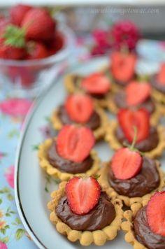 Babeczki z kremem ganache i truskawkami Kiwi, Muffin, Cooking Recipes, Breakfast, Food, Muffins, Chef Recipes, Hoods, Meals