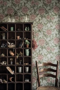 Beautiful Sandberg wallpaper design, featuring a traditional trailing daisy and leaf pattern.