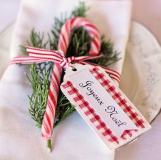 Pretty—Christmas place card idea❣ A Spoonful of Sugar Christmas Wedding Themes, Christmas Place Cards, Christmas Lunch, Christmas Table Decorations, Holiday Tables, French Christmas, Simple Christmas, Christmas Ideas, Holiday Fun