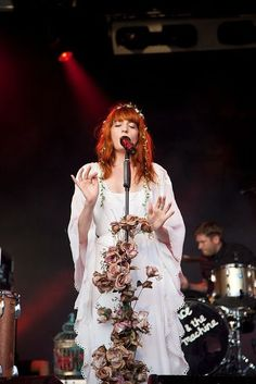 Florence Welch is a goddess/water nymph/queen/siren/witch Florence And The Machine, Florence The Machines, Estilo Florence Welch, Florence Welch Style, Stevie Nicks, Fleetwood Mac, Florence Welsh, The Wicked The Divine, Festivals