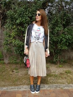 Tras la pista de Paula Echevarría » SILVER. White graphic t-shirt+silver pleated midi skirt+black sneakers+black and nude bomber jacket+black, nude and pink handbag+silver jewelry+sunglasses. Spring Casual Outfit 2017