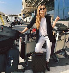 Look todo branco de Kristina Bazan com blazer preto.