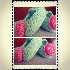 Fofura que vai enfeitar pezinhos do velho continente! Feito com Anne da  @circuloprodutos  #croche #Crochê #artesanatodeluxo #amocroche #instababy #sapatinhos