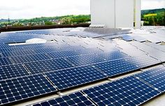 Geração Fotovoltaica x Hidrelétrica    • Usina hidrelétrica de ITAIPU:  1350km² (lago de Itaipu) = 14 GW = 95 TWh / ano = 22% da energia elétrica  consumida no Brasil.    • Cobrindo o lago de ITAIPU com um gerador fotovoltaico:  (com 10% de eficiência global e assumindo a radiação solar da região do lago)  1350km² de módulos fotovoltaicos = 135 GWh = 189 TWh / ano = 44% da energia  elétrica consumida no Brasil.