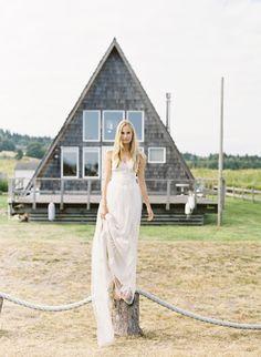peaceful-seaside-wedding-inspiration-casual-wedding-dress-natural-wedding-hair