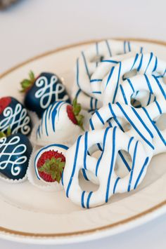 Chocolate covered strawberries and pretzels.love the colors for wedding Chocolate Covered Treats, Chocolate Dipped Strawberries, Wedding Strawberries, Coconut Hot Chocolate, White Chocolate, Chocolate Cake, Blackberry Syrup, Mantecaditos, Strawberry Dip