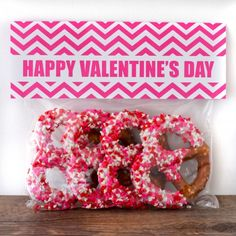 Free printable bag toppers - but really I'm pinning this b/c I love the idea of the pretzels for valentine treats! Valentine Theme, Valentines Day Treats, Valentine Day Love, Holiday Treats, Valentine Day Gifts, Holiday Fun, Kids Valentines, Holiday Decor, School Treats
