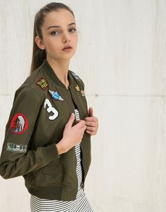 Σακάκι με απλικέ. Ανακαλύψτε το μαζί με πολλά άλλα ρούχα στο Bershka, με νέες παραλαβές κάθε εβδομάδα.
