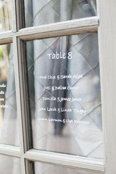 ガラスの向こうにわざとグレーを透けさせたシーティングチャート♡ グレーがテーマのおしゃれなウェディング・ブライダルのアイデア。