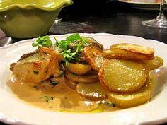 En enkel variant av klassisk pepparstek fast på fläskfilé som jag serverar med en underbar gräddsås smaksatt med senap och nystekt svamp. /Monika Ahlberg