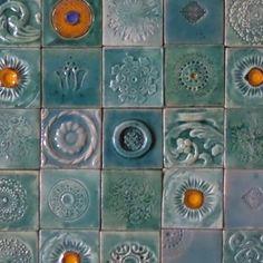 Zestaw 42 płytek ceramicznych, formowanych ręcznie z gliny szamotowej, kafle poszkliwione zostały w gamie turkusów, wymiary jednej płytki to 10/10 cm, płytki jak wszystkie artkafle odporne są na...