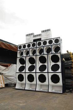a white and tall big ass sound system  Sound System: HYDRO SOUND