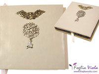 Pegaso, handmade notebook. Copertina in morbida finta pelle grigio perla con decori misti in leghe metalliche e pendente a forma di cavalo alato. Interno con sguardie (di una bellissima carta con fiori arabesque blu/oro), capitelli e pagine bianche a righe. Segnalibri in raso bianco. OOAK.   #handmade #book #journal #diary #diario #notebook #agenda #sketchbook #pegaso #cavallo #horse #fantasy #decor #iron #ferro #wings #ali #fogliaviolastyle