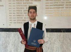 SRPSKO ODELO ZA DIPLOMCE: Filip (24) primio fakultetsku diplomu u našoj narodnoj nošnji
