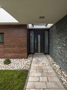 Home Design, Entryway Of Marble Materials Adorned White Nature Stone And Modern Design Exterior Single Story House: Amazing Single Story Hou. Design Exterior, Modern Exterior, Modern Front Door, Front Entry, Front Doors, Modern Entrance, Modern Garage, Modern Entryway, Entrance Design
