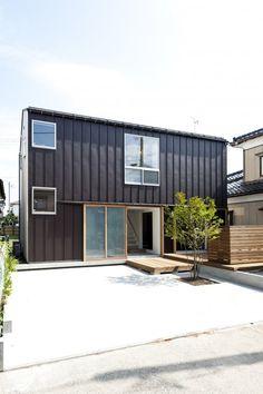 [ 竣工年 ] 2011.7 [ 種別 ] 新築 [ 用途 ] 住宅 [ 延床面積 ] 99.0 ㎡ [ 構造 ] 木造 [ 作品解説 ] 新潟市内北区に在る古い住宅地の中、袋小路に建つ小さな住宅。求められたのは色々な居場所。色々な使い方。 小さな家の中に背の低い真っ白なトンネルを設け、表通りと袋小路を結ぶ道とした。生活は白い道から展開する。 そこの上下左右に諸室を配置することで、部屋から部屋への移動には必ず白い道を通るように計画している。 低いところから高いところ、暗いところから明るいところ、狭いところから広いところ。 そういった明暗や濃淡を家の中での移動や、季節の移ろいで感じることができる。 この家では外とか中とかの敷居なく、自由奔放に横断することで、思いもよらぬ出来事や物語が沢山生まれることを期待しています。