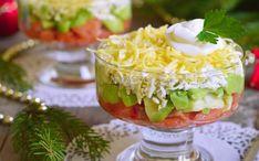 Labai greitos ir labai skanios lašišos salotos su avokadais. Lašišą galima naudoti sūdytą ar rūkytą, galima net ir keptą, jei turite likučių. Lašišą supjaustyti kubeliais ir sluoksniuoti į stiklines., Avokadus pjaustyti perpus, išimti kauliukus, išskobti ir supjaustyti.