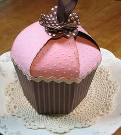 Can you put a cupcake in a cupcake gift box? Also, just want to make them as cupcakes, not boxes.we'll see if I can manipulate it to do that. Cupcake Gift, Cupcake Boxes, Paper Cupcake, Craft Gifts, Diy Gifts, Diy Paper, Paper Crafts, Foam Crafts, Paper Art